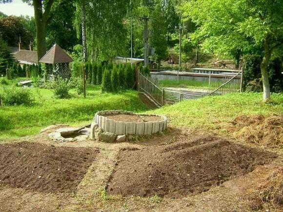 Čerstvě založené vyvýšené záhony a bylinková spirála s jezírkem, foto: Tomáš Svoboda