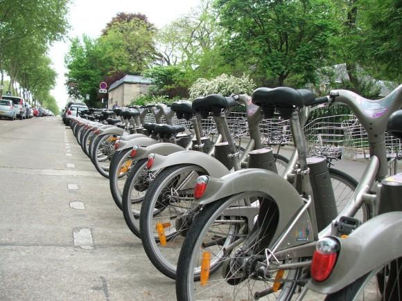 Takhle vypadají veřejné půjčovny jízdních kol v Paříži - Vélib. A Pařižané kola často a rádi využívají. Nedávno dokonce město spustilo program Autolib, kde je možné si obdobně vypůjčit elektromobily. foto: Jan Horčík pro Ekologické bydlení