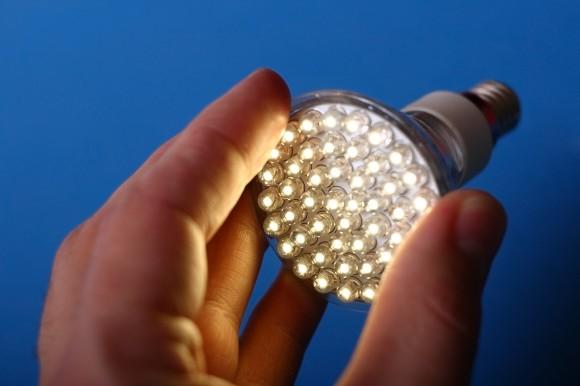 Stejně jako většina elektroniky, i osvětlení využívající diody musí být vybaveno usměrňovačem, který mění střídavý proud na stejnosměrný. Jejich stále rostoucí počet je jednou zpříčin vývoje stejnosměrných rozvodů pro budovy. foto: Siemens
