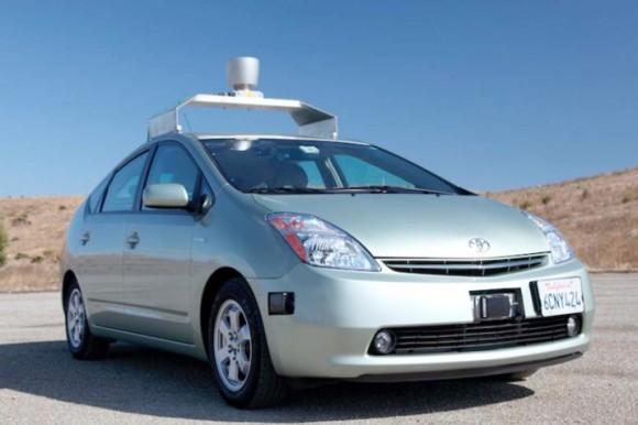 Robotické auto Google v podobě modelu Toyota Prius hybrid. Google dnes provozuje celou flotilu samořídících robotických aut, foto: Google