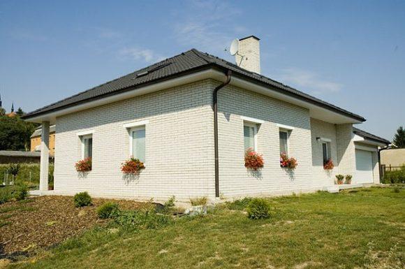 Moderní rodinný dům využívající nejnovějších technologií stavby dokáže nabídnout šetrný provoz i velkou obytnou plochu. foto: KM Beta