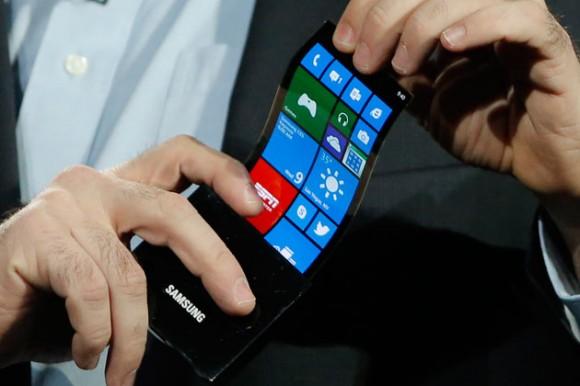 Ohebná baterie může pomoci s vývojem nových uživatelských technologií, a pomoci nalézt lepší uplatnění těm stávajícím. Ohebný mobil, kterým Samsung předvedl na veletrhu spotřební elektroniky CES 2013, je skutečně jen začátek. Zdroj: bnlive.in.com