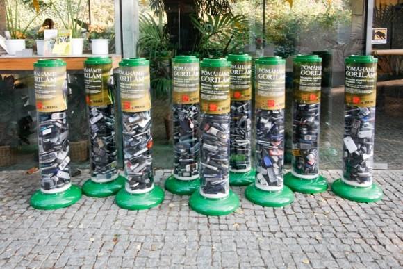 Pomáháme gorilám - vhozením starého mobilu pomůžete i vy. Takové tubusy byly k vidění v pražské zoologické zahradě, foto: REMA Systém