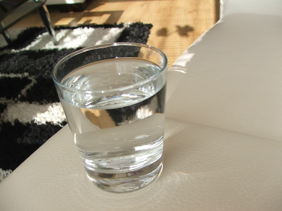 Sklenice vody - může mít voda, pralátka vesmíru, jakousi formu ingeligence? Jde o živý organismus? foto: Ekologické bydlení