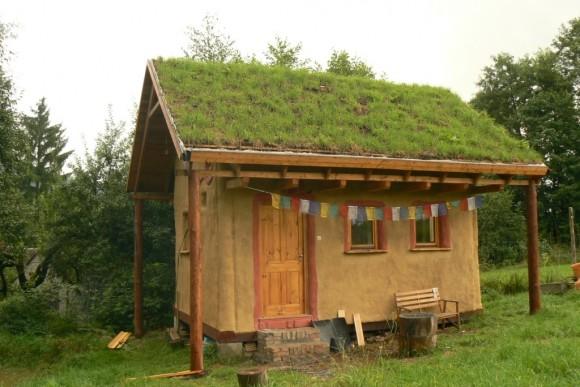 Slaměný domek postavený Petrem Skořepou v obci Križany u Liberce, foto: Petr Skořepa