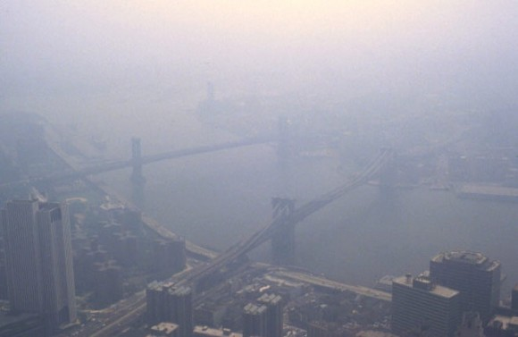 Ovzduší nad přístavním městem napomáhaly čistit pravidelné svěží větry, ale množství vyasflatovaných ploch to nyní komplikuje. foto: Dr. Edwin P. Ewing, Jr., licence public domain