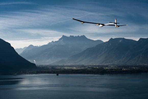 Solární letadlo Solar Impulse už dnes hravě zvládá tisícikilometrové vzdálenosti. foto: Solar Impulse / Revillard