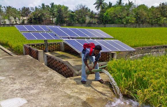 """""""Šestadvacet milionů zastaralých dieselových čerpadel by indická vláda ráda nahradila ekologickými, solárními."""" Zdroj: Aurore.in"""