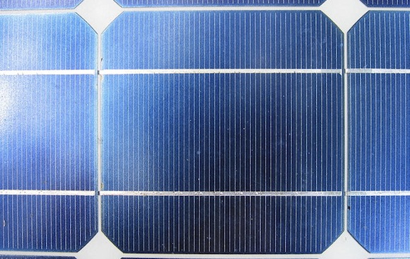 Solární článek v solárním panelu, detail, foto: Utente:Jollyroger, licence Creative Commons