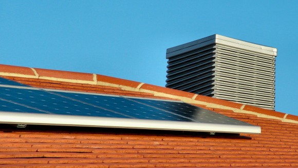 Chcete si sami nainstalovat na vlastní střechu za vlastní peníze zakoupenou solární elektrárnu? NESMÍTE! foto: fabiennew/sxc.hu