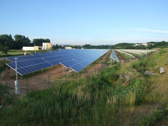 Solární fotovoltaická elektrárna (FVE) v České Skalici, okres Náchod. foto: Kozuch, licence Creative Commons Uveďte autora-Zachovejte licenci 3.0 Unported