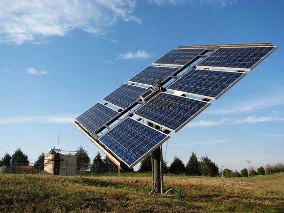 Fotovoltaický solární panel na tzv. trackeru, který sleduje pohyb slunce a tím zvyšuje účinnost panelu, foto: dynamix/sxc.hu