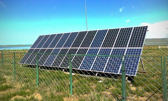 Technologie solárních panelů je dnes rozšířená celosvětově. Zde ukázka malé solární elektrárny u mongolského jezera. Pouze náš státní útvar kolem nich ale dokáže vyvádět takové veletoče. foto: Chinneeb, licence Creative Commons Attribution-Share Alike 3.0 Unported, wikimedia