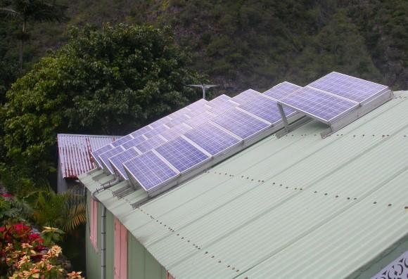 Solární panely na střeše zahradní garáže, foto: M Mastrilli, wikipedia, licence Creative Commons 3.0 Unported