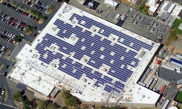 Solární panely na jednom z mnoha tisíc obchodních domů Walmart, foto: Walmart