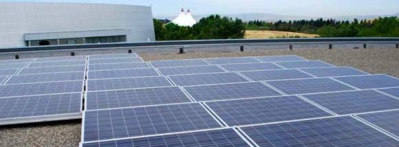 Ústecký kraj se nemůže klimatickými podmínkami rovnat jižním státům Evropy. Přesto i zde existuje zajímavý potenciál pro solární energetiku. Pokud při možnostech slunečních elektráren budeme respektovat dnešní legislativu, která omezuje podporu fotovoltaických zdrojů pouze na střechy budov a do výkonu 30 kW, pak je výsledkem potenciál 135 553 MWh/rok sluneční elektřiny. Vypočtené možnosti odpovídají běžné spotřebě 50 tisíc domácností.