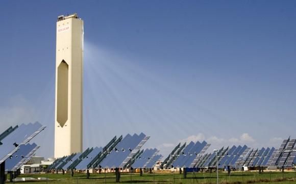 Solární termální elektrárna Solucar o výkonu 11 MW ve Španělsku. Elektřinu vyrábí od roku 2007 poblíž Seville. Španělsko je evropským lídrem termální solární energetiky. Foto: Afloresm