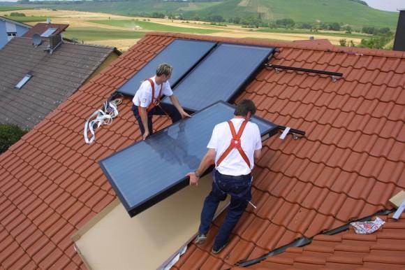 Instalace solárního systému pro ohřev vody na střechu rodinného domu. foto: ENBRA