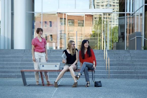 soofa - aneb chytrá městská lavička, která vám třeba i dobije mobilní zařízení