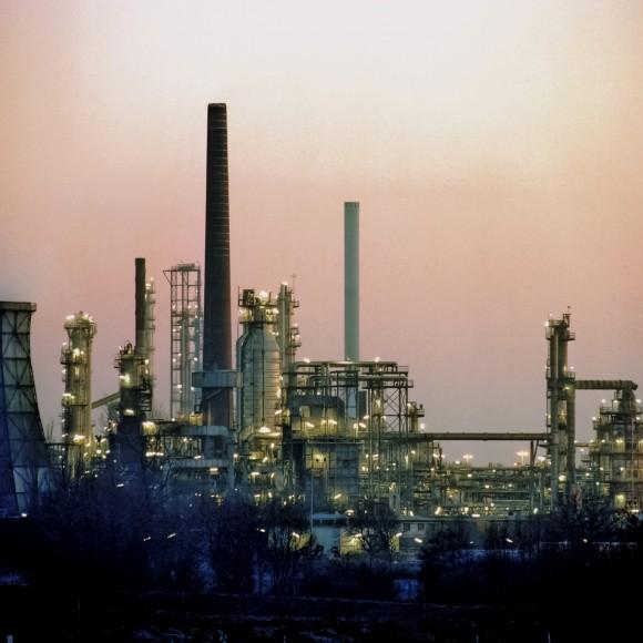 Zejména rafinerie a podobně velké výrobní podniky bývají vybaveny vlastní elektrárnou a rozvodnou sítí. Právě pro ně představuje nový systém pro odlehčení sítě značné zefektivnění provozu vpřípadě nežádoucího rozdílu mezi objemem výroby a spotřeby elektrické energie. foto: Siemens