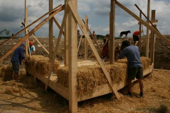 Workshop občanského sdružení Baobaby - stavba slaměného domu, foto: OS Baobaby