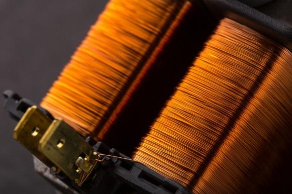 Základní součástí transformátorů je feromagnetické jádro svinutím, které díky principu elektromagnetické indukce přenáší elektrickou energii mezi obvody. Nová technologie umožňuje vyrobit transformátory až o čtyři pětiny menší oproti transformátorům klasickým. foto: Siemens