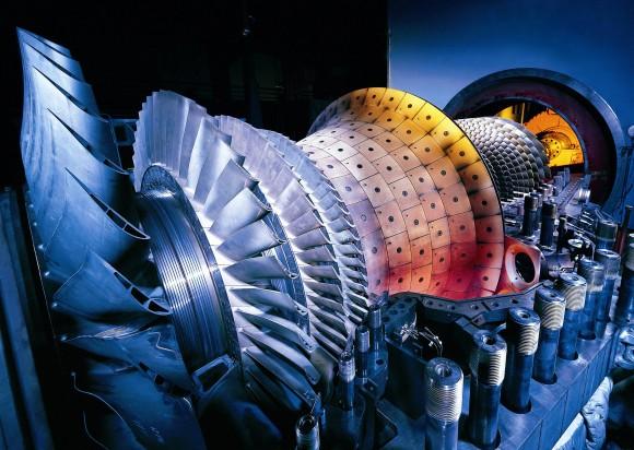 Pohled na otevřenou spalovací turbínu Siemens v paroplynové elektrárně. Tyhle turbíny jsou přeci jen něco jiného než větrné turbíny... foto: Siemens/ČEZ