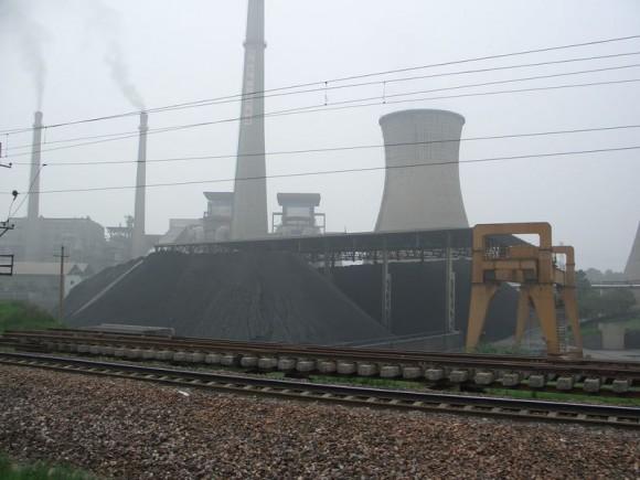 I přes obrovský rozmach obnovitelných zdrojů energie (OZE) zůstávají uhelné elektrárny základem elektrorozvodné sítě v Číně, foto: Tobixen, licence  Creative Commons Attribution-Share Alike 3.0 Unported