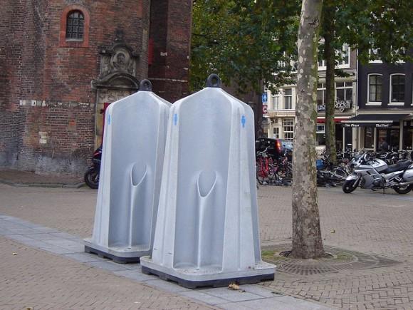 """""""Náměstí La Place de la Bourse zatím zdobí první exempláře urinátorů. Brzy by jich vAmsterodamu měly být desítky."""" foto: Os Rúpias, licence CC BY-ND 2.0"""