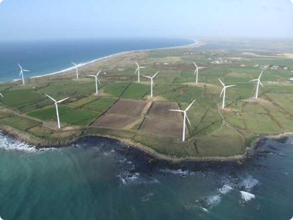 Větrná farma Carnsore v Irsku - podobných jsou tam desítky. Země je chce nyní využívat ještě efektivněji. foto: Frank O'Brien, Ask about Ireland