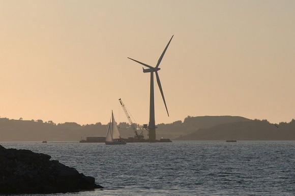 Světově první plovoucí větrnou turbínu postavili poblíž Åmøy Fjord nedaleko Stavangeru v Norsku. foto: Lars Christopher, licence Creative Commons