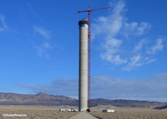 Věž koncentrační solární elektrárny Crescent Dunes od SolarReserve, foto: SolarReserve