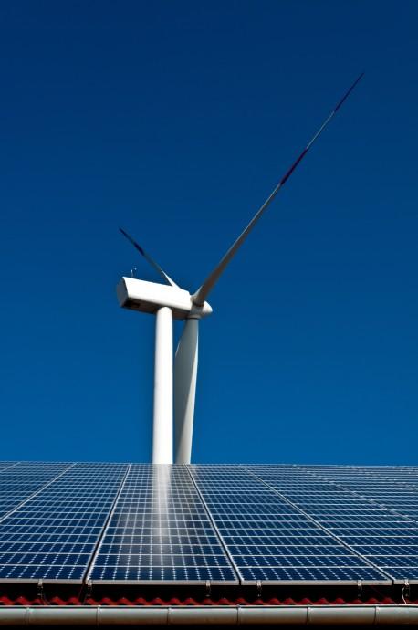 Větrné elektrárny, solární panely a elektromobily jsou malé, ale velmi početné prvky rozvodné sítě. V tzv. chytrých sítích, v nichž jsou všechny tyto jednotky potenciálním dodavatelem energie, budou virtuální elektrárny hrát klíčovou roli. foto: Siemens
