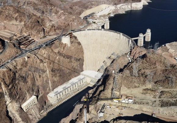 Hráz vděčného objektu hollywoodských filmařů, známé Hooverovy přehrady na řece Colorado, měří 220 metrů. Jinping-I má hráz stejného typu, je však o polovinu vyšší, a dosahuje tak výšky Eiffelovy věže. Samotné turbíny budou pracovat vhloubce 230 metrů. foto: Siemens