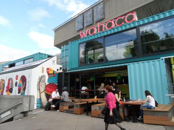 Pestrobarevná kontejnerovaná restaurace získala sympatie Londýňanů, foto: MaryGMU/mariasspiceden.com
