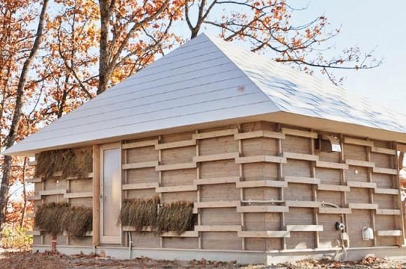 Slaměný dům studentů z Univerzity Waseda získává teplo díky fermentaci zemědělských přebytků. foto: Wasedo