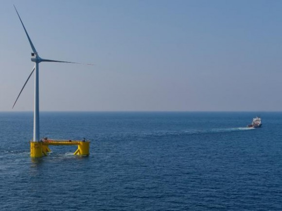 Prototyp plovoucí větrné turbíny WindFloat je tažen na širý oceán, foto: Principle Power