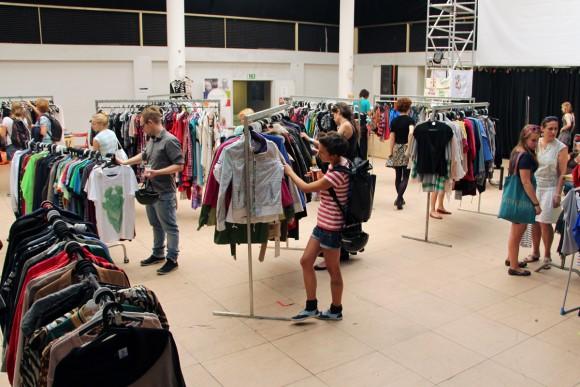 Letošní letní minivydání módního bazaru ÝBRKÝBL se uskuteční  7. a 8. srpna vkavárně Nudný otec vDobrovského ulici na Letné.