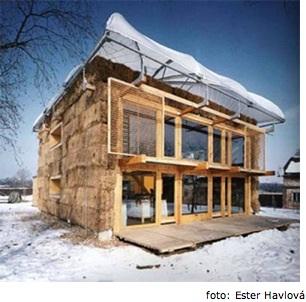 první dům z balíků slámy v Mladé Boleslavi
