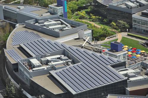 Google solární panely na střechách budovy společnosti