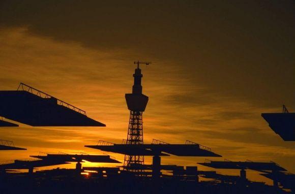 Solární elektrárna za západu slunce