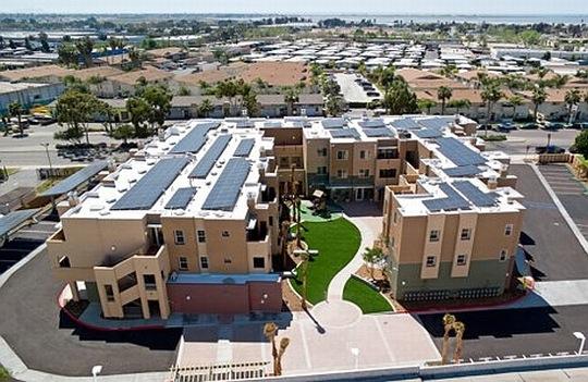 solární obytný komplex v San Diegu
